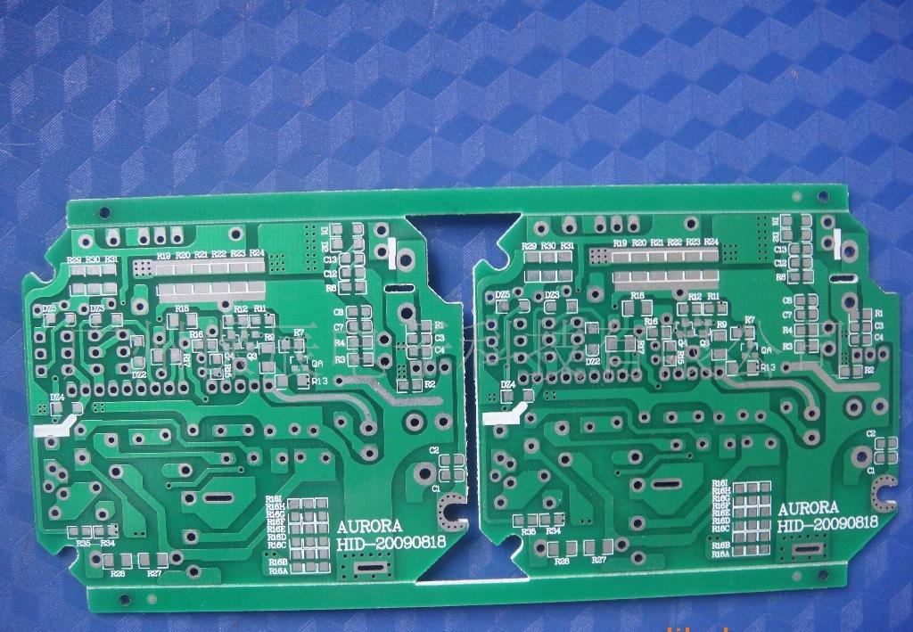PCB板是印刷线路板的简称,LED铝基板和FR-4玻纤线路板都同属PCB,要说不同,就只拿LED铝基板和FR-4玻纤线路板比较,LED铝基板是在导热性比较好的铝材平面上印刷线路,再将电子元件焊接于上面。采用铝基板的主要目的就是他有良好的散热性,大功率LED由于发热比较大,所以大部分LED照明灯具的生产都用用铝基板为原料。FR-4玻璃纤维线路板是传统的电子产品线路板,由于具有良好的绝缘、抗腐蚀、抗压、多层印刷等特点,应用广泛。 铝材的材料型号,硬度,表面和厚度是LED铝基板产品质量的主要考虑条件,也要跟据产